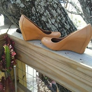 Kenneth Cole Reaction caramel leather wedge sz 6.5